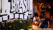 13.03.2019, Brasilien, Suzano: Kerzen werden in Gedenken an die Opfer des Amoklaufs vor einer Schule angezündet.Zwei vermummte Angreifer stürmten die Schule und eröffneten das Feuer. Warum sie ein Blutbad unter Schülern anrichteten, ist noch unklar. Die Angreifer töteten mindestens zehn Menschen. Foto: Paulo Lopes/dpa +++ dpa-Bildfunk +++ | Verwendung weltweit