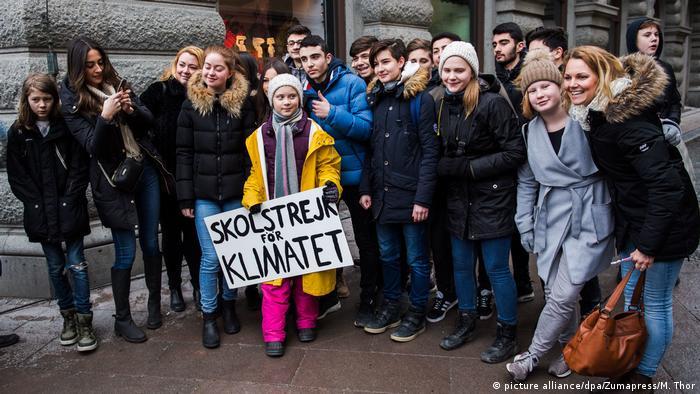 Greta Thunberg (c., de casaco amarelo) encabeça Greve escolar pelo clima em Estocolmo, em março de 2019