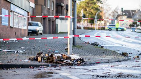 Police tape off the site where a (picture-alliance/dpa/M. Kusch)