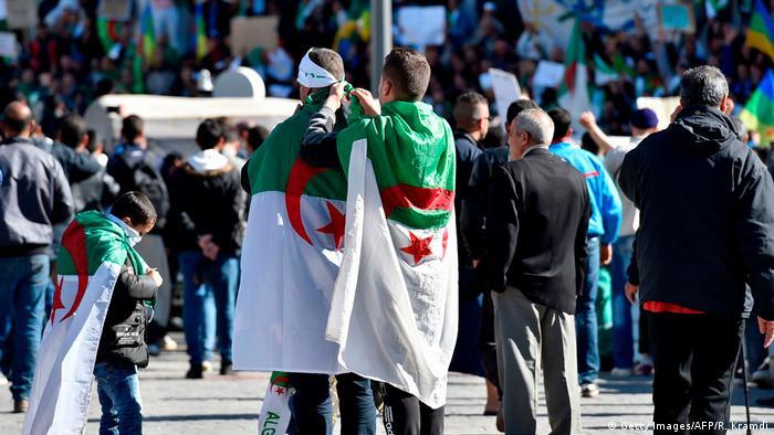 Участники протестов в Алжире