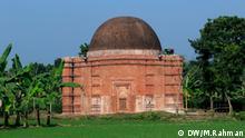 Barobazar, früher bekannt als Mohammadabad, ist ein Ort, an dem man viele alte Moscheen findet, die sehr nahe beieinander liegen. Ancient mosque at Barobazar, Kaliganj, Jhenaidah, Bangladesh, নুনগোলা মসজিদ বারোবাজারের হাসিলবাগ গ্রামে বড় দিঘির পশ্চিম পাশে রয়েছে এক গম্বুজ বিশিষ্ট নুনগোলা মসজিদ। বর্গাকৃতির এ মসজিদে তিনটি অর্ধ বৃত্তকার মিহরাব আছে। এ অঞ্চলের সবচেয়ে বড় এক গম্বুজ বিশিষ্ট মসজিদ এটি। স্থানীয়রা একে লবণগোলা মসজিদও বলে থাকেন। তবে এ নামকরণের কোন সুনির্দিষ্ট তথ্য পাওয়া যায় না।