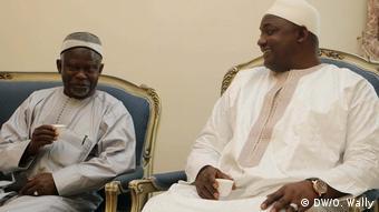De gauche à droite, l'opposant historique Ousainou Darboe et le président Adama Barrow