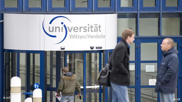 Privatno (i ugledno) Sveučilište Witten-Herdecke, studenti ispred Sveučilišta