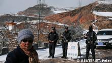 Bewaffneter Polizist an einem Kontrollpunkt am Eingang zu Taktser, dem Geburtsort des Dalai Lama.