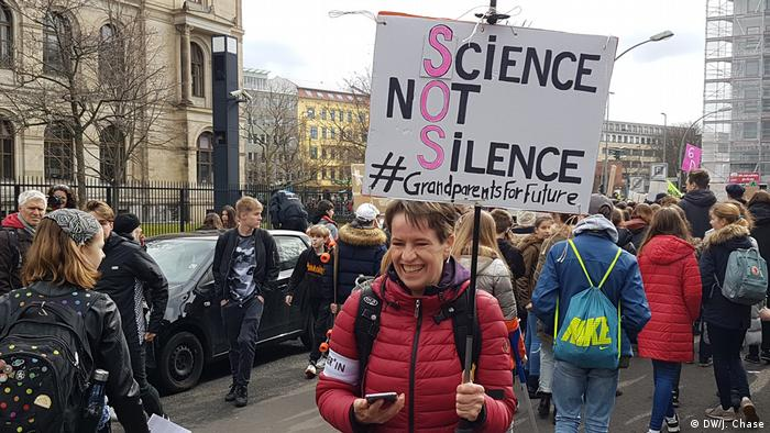 Deutschland Friday4Future Demonstration in Berlin (DW/J. Chase)