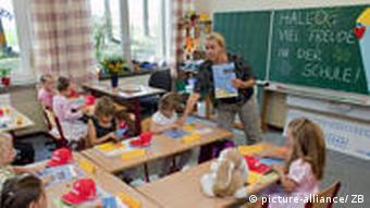 Grundschüler mit ihrer Lehrerin im brandenburgischen Görzig (Foto: dpa)