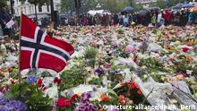 ARCHIV - A file photo dated 24 July 2011 shows Norwegian flags, flowers and candles commemorating the victims of the attacks placed in front of the Domkirke church in central Oslo, Norway.Photo: EPA/ROALD BERIT/NORWAY OUT (zu dpa-Themenpaket «2. Jahrestag des Doppelanschlags von Oslo und Utøya» vom 19.07.2013) +++(c) dpa - Bildfunk+++  