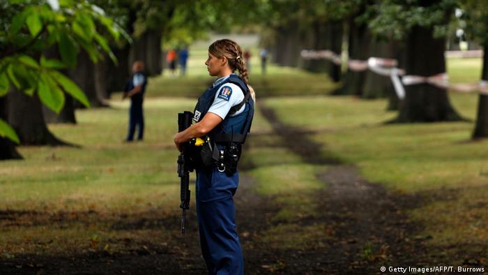 Neuseeland Christchurch - Polizistin in der nähe von Masjid al Noor Moschee nach Attentat