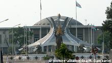 Das Parlament der demokratischen Republik Kongo in Kinshasa, aufgenommen am Dienstag (11.07.2006) in Kinshasa. Die europäische Einsatzgruppe EUFOR RD Kongo, zu der insgesamt auch 780 Bundeswehrsoldaten gehören, soll die erste freie Wahl im Kongo seit mehr als 40 Jahren absichern. Zur Zeit bauen die Soldaten ihr Lager auf dem Flughafen N·Dolo in der kongolesischen Hauptstadt aus. Foto: Maurizio Gambarini dpa +++(c) dpa - Report+++ | Verwendung weltweit