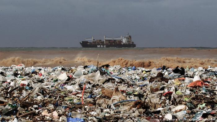 Plastikmüll am Strand von Keserwan (Libanon)