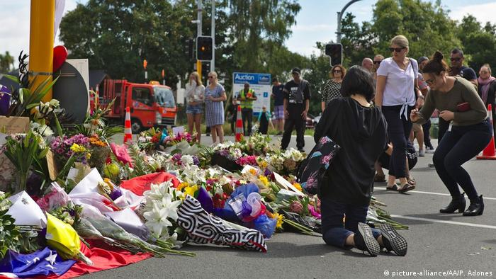 Flowers near the Al Noor mosque in Christchurch (picture-alliance/AA/P. Adones)