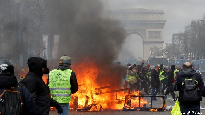 Протести жовтих жилетів у Парижі переросли у насильство і вандалізм