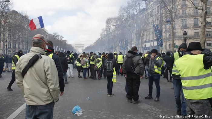 Yellow vests protesters gather on the Champs Elysees avenue Saturday, March 16, 2019 in Paris (picture-alliance/AP Photo/C. Ena)