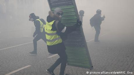 Yellow vests, tear gas (picture-alliance/dpa/AP/C. Ena)