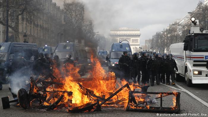 A barricade burns on the Champs Elysees (picture-alliance/AP Photo/C. Ena)