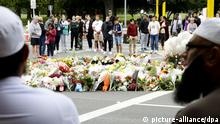 16.03.2019, Neuseeland: ©Kyodo/MAXPPP - 16/03/2019 ; People mourn the victims of shooting rampages that killed at least 49 people, near the Al Noor mosque in Christchurch, New Zealand, on March 16, 2019. (Kyodo) ==Kyodo Foto: MAXPPP |