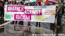 16.03.2019, Berlin: Demonstranten stehen mit einem Transparent am Start der Demonstration Gemeinsam gegen Rassismus und Faschismus. Foto: Paul Zinken/dpa +++ dpa-Bildfunk +++ | Verwendung weltweit