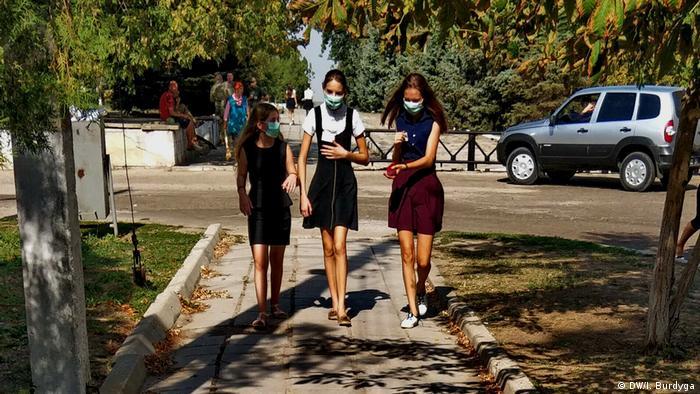 Школярки з Преображенки у захисних масках