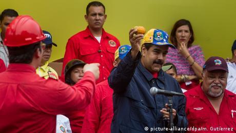 Maduro holds up a messaged mango (picture-alliance/dpa/m. Gutierrez)