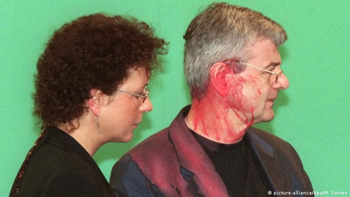 Jozef Fišer 1999, nkon što je pogođen crvenom farbom