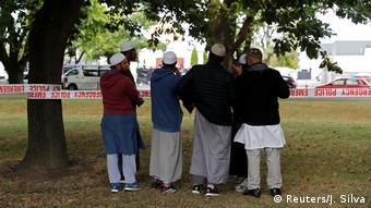 Christchurch Terroranschlag Muslime vor Moschee (Reuters/J. Silva)