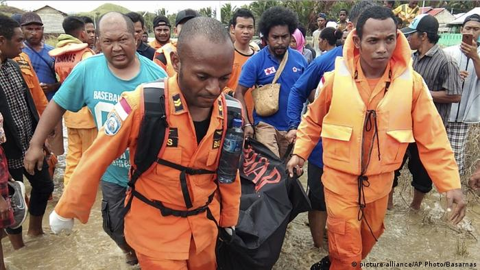 Indonesien Papua Springflut Überschwemmungen (picture-alliance/AP Photo/Basarnas)