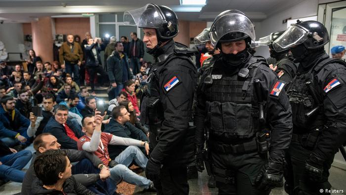 Protestatarii sârbi blochează sediul televiziunii de stat de la Belgrad