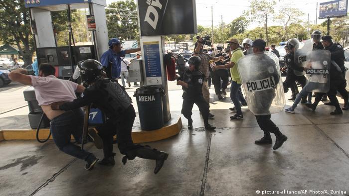 Nicaragua Managua Opposition Protest Polizei (picture-alliance/AP Photo/A. Zuniga)