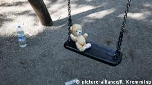 Tatort Spielplatz. Vorsicht vor Pädophilen und Kindesentführern. Kinderschaukel mit einem Plüschteddy. 22.05.2017   Verwendung weltweit