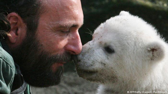 Eisbär Knut mit Tierpfleger Thomas Dörflein im Berliner Zoo