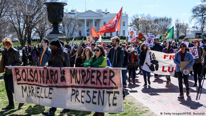 Em protesto em Washington, manifestantes portam faixas lembrando a vereadora Marielle Franco