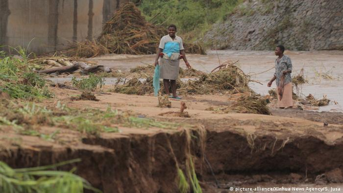 Farmers check their crop after the area was hit by cyclone Idai in Chimanimani, Zimbabwe (picture-alliance/Xinhua News Agency/S. Jusa)