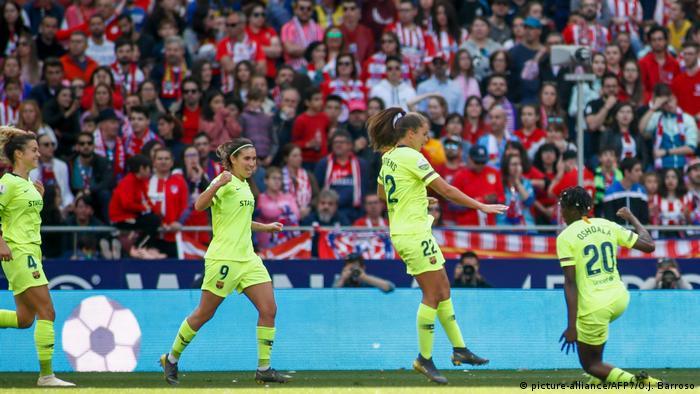 Barcelona's Asisat Oshoala (number 20) celebrating her goal with her teammates