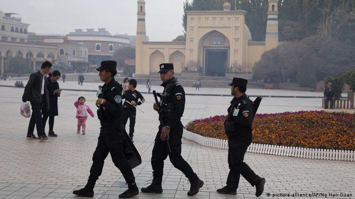 China Kashgarin Patrouillie uigurischer Sicherheitskräfte in der Nähe der Id Kah-Moschee Region Xinjiang