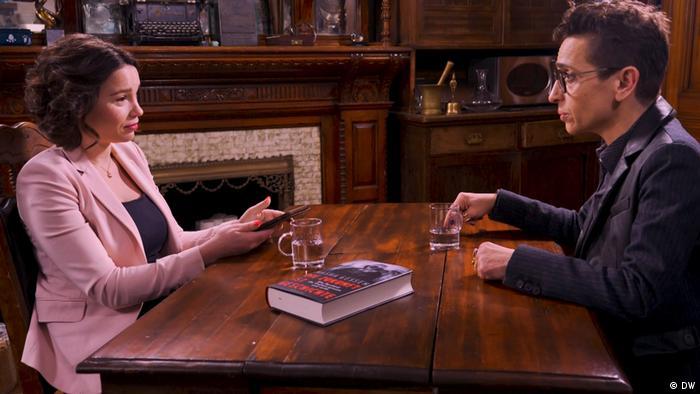 Маша Гессен (справа) во время интервью с Жанной Немцовой