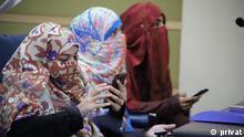 Pakistan Frauen mit Smartphones