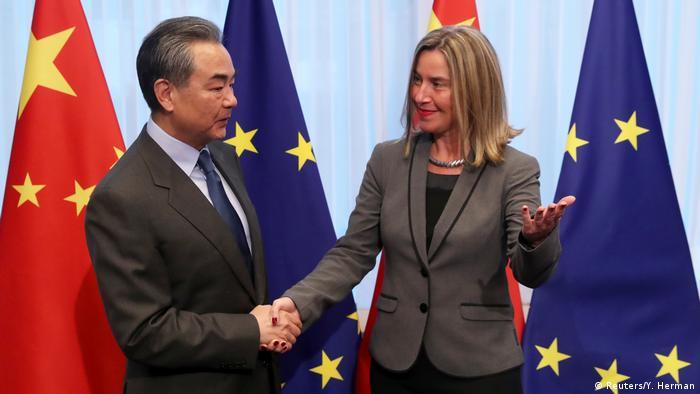 Wang Yi und Federica Mogherini