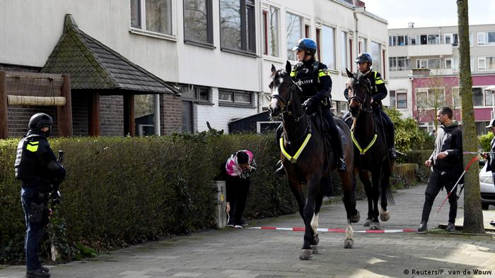 Mounted police in front of Utrechthus. (Reuters / P. Van de Wouw)