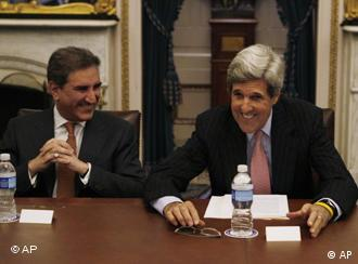 Außenminister Qureshi und US-Senator Kerry in Washington.