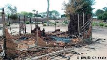 Titel: Anschlag in Naunde Schlagworte: Mosambik, Nord-Mosambik, Cabo Delgado, Ort, Terrorismus, Terroristen, Anschlag, Naunde, Maconha, verbrannte Häuser Ort: Naunde, Distrikt Maconha, Provinz Cabo Delgado, Mosambik Fotograf: Arlindo Chissale / DW Datum: August 2018 Beschreibung: Im Ort Naunde, im Distrikt Maconha in Nord-Mosambik kam es im August 2018 zu einem Anschlag der Terrorgruppe, die in der Provinz Cabo Delgado operiert. Dabei wurden sechs Menschen von den Terroristen enthauptet sowie 167 Häuser und 2 Fahrzeuge niedergebrannt. Hier ist ein verbranntes Haus (Lehmhütte) zu sehen.
