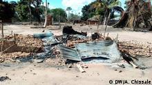 Titel: Anschlag in Naunde Schlagworte: Mosambik, Nord-Mosambik, Cabo Delgado, Ort, Terrorismus, Terroristen, Anschlag, Naunde, Maconha, verbrannte Häuser Ort: Naunde, Distrikt Maconha, Provinz Cabo Delgado, Mosambik Fotograf: Arlindo Chissale / DW Datum: August 2018 Beschreibung: Im Ort Naunde, im Distrikt Maconha in Nord-Mosambik kam es im August 2018 zu einem Anschlag der Terrorgruppe, die in der Provinz Cabo Delgado operiert. Dabei wurden sechs Menschen von den Terroristen enthauptet sowie 167 Häuser und 2 Fahrzeuge niedergebrannt. Hier ist ein verbranntes Haus (Wellblechhütte) zu sehen.