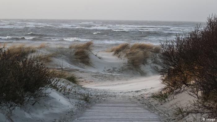 North Sea waves from the Langeoog sand dunes (Imago)