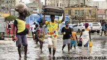 HANDOUT - 15.03.2019, Mosambik, Beira: Das von Internationalen Roten Kreuz zur Verfügung gestellte Foto zeigt Menschen, die versuchen, ihre persönliche Habe nach dem Zyklon Idai zu retten. Der schwere tropische Wirbelsturm «Idai» hat schwere Verwüstungen hinterlassen - und eine noch ungeklärte, vermutlich enorm hohe Zahl von Todesopfern. Ganze Landstriche wurden zerstört, Dörfer und Städte standen unter Wasser, aus Häusern wurden Ruinen und Vorratskammern von den Fluten mitgerissen. Foto: Denis Onyodi/ifrc/AP/dpa - ACHTUNG: Nur zur redaktionellen Verwendung im Zusammenhang mit der aktuellen Berichterstattung und nur mit vollständiger Nennung des vorstehenden Credits +++ dpa-Bildfunk +++ |