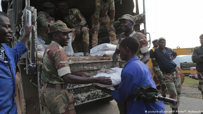 Soldaten verteilen Hilfsgüter