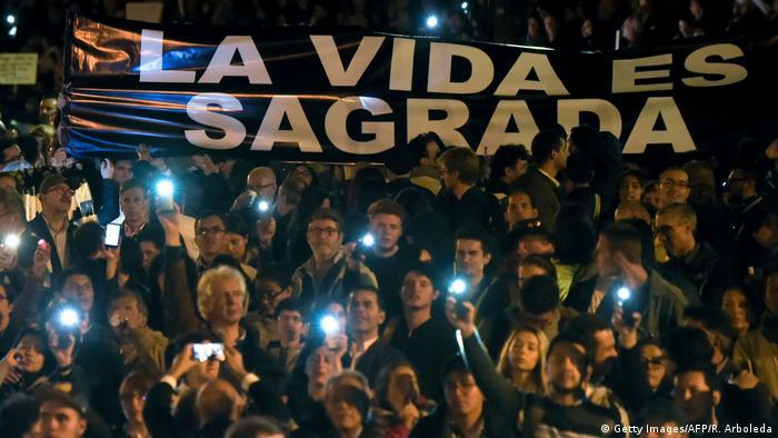 Foto de personas que se manifiestan a favor de la JEP en Bogota