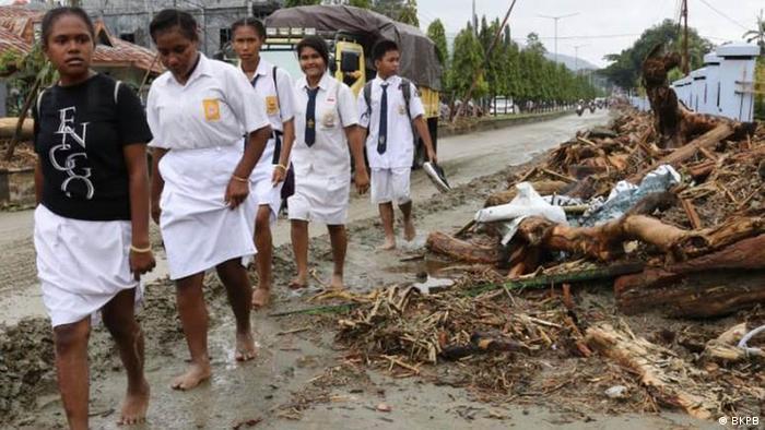 Papua Schülern in Katastrophengebiet wegen Überflutungen bei Sentani (BKPB)