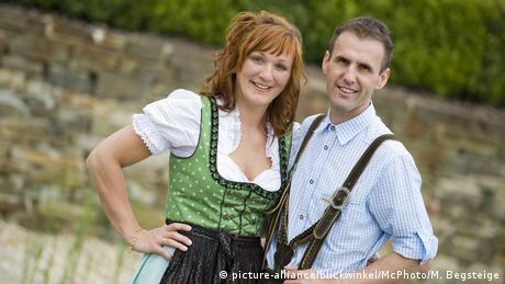 A happy Bavarian couple (picture-alliance/blickwinkel/McPhoto/M. Begsteige)