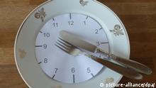 Das Foto zeigt die sogenannte «20 nach 4»-Stellung, aufgenommen am 23.4.2013, in Köln. Wäre der Teller eine Uhr, dann würde das Besteck 20 Minuten nach vier anzeigen. So zeigt man zum Beispiel dem Kellner, dass man mit dem Essen fertig ist. Foto: Stefanie Paul ACHTUNG Honorarfrei nur für Bezieher des Dienstes dpa-Nachrichten für Kinder  