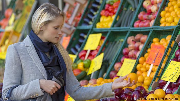 Frau kauft frisches Obst in einem Markt (picture-alliance/Photononstop)