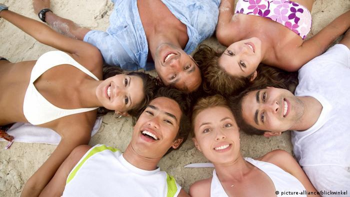 Junge Leute in einer Gruppe am Strand (picture-alliance/blickwinkel)